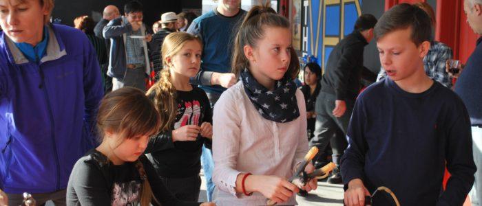 дети перед началом турнира по стрельбе из рогатки