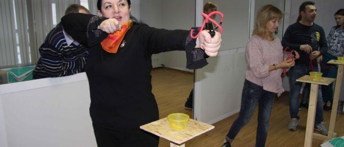 женщины стреляют из рогатки