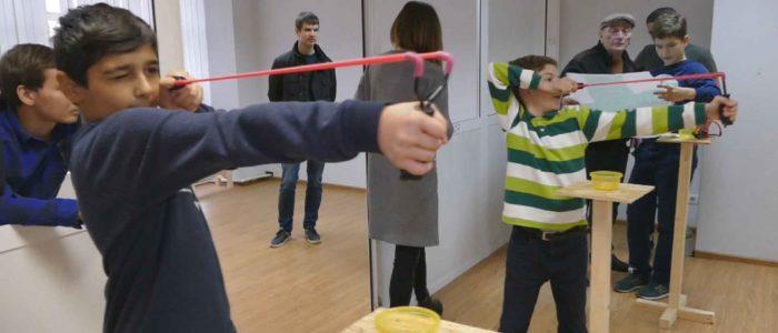 дети стреляют из рогатки