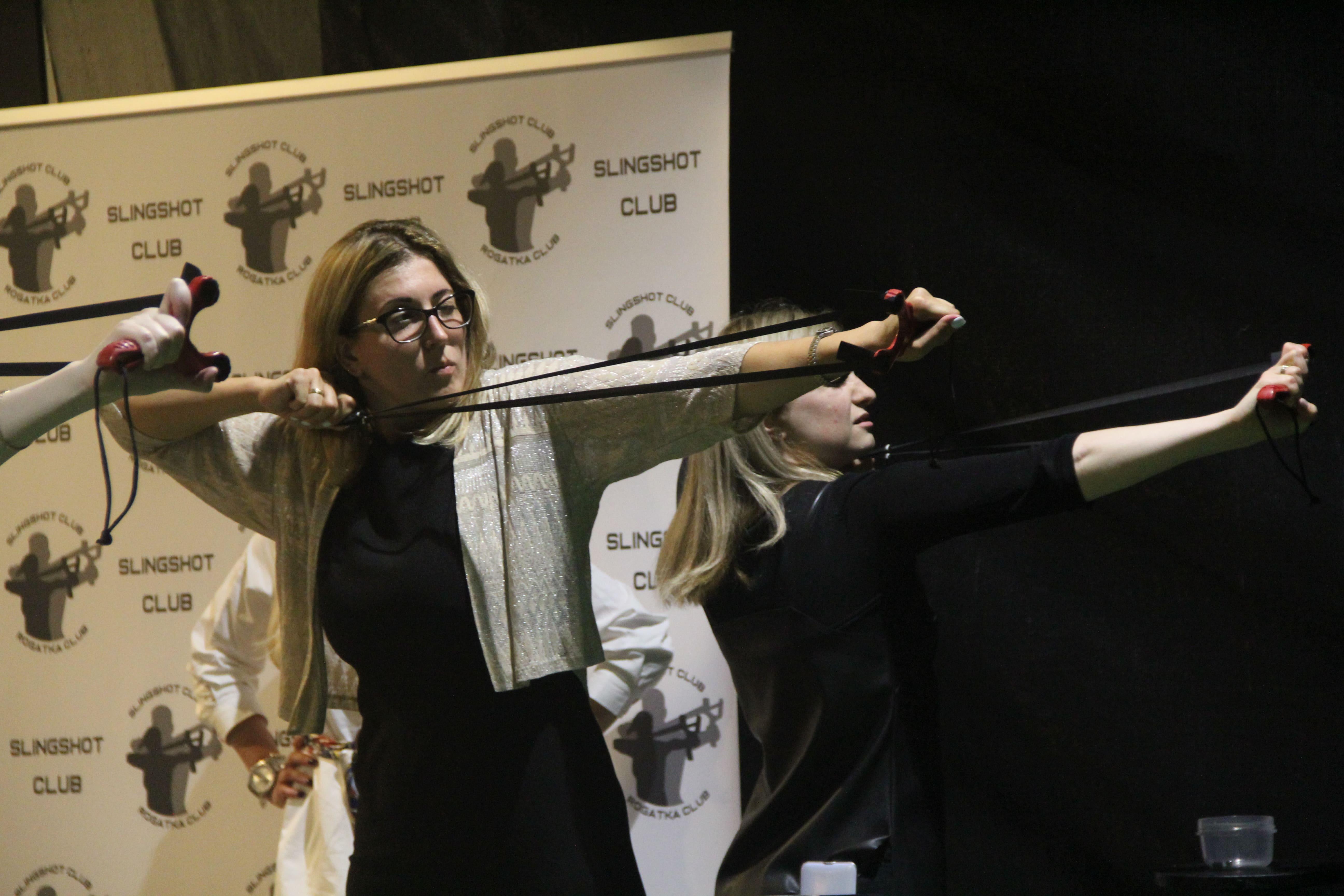 Девушки стреляет из рогатки